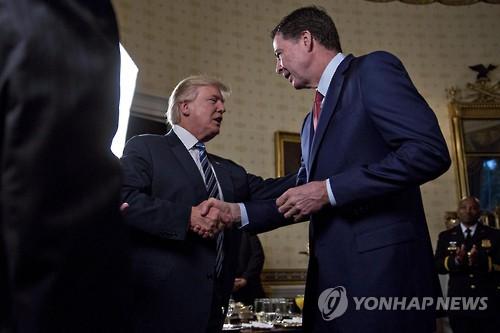 """트럼프 '대선개입 논란' 코미 FBI국장 만나…""""나보다 더 유명"""""""