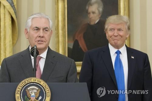 도널드 트럼프(오른쪽) 미국 대통령과 렉스 틸러슨 국무장관