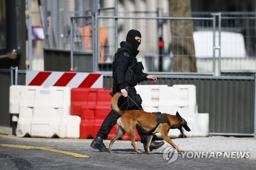 IMF 파리사무소서 우편물 폭발 사고가 발생한 뒤 경계를 서고 있는 경찰