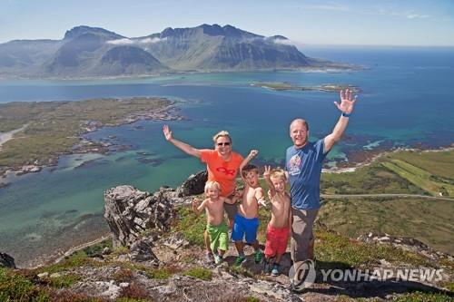 산에서 여가 즐기는 노르웨이 가족