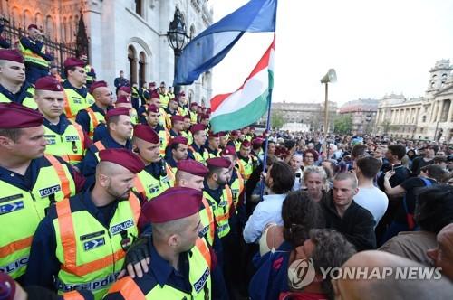 헝가리서 소로스 대학 폐쇄 반대 시위 (EPA=연합뉴스)