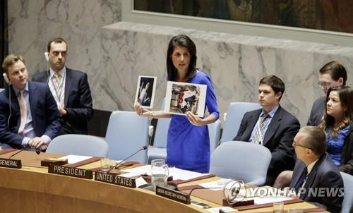 작년 4월 유엔 안보리에서 시리아 화학공격 피해를 설명하는 니키 헤일리 미국대사
