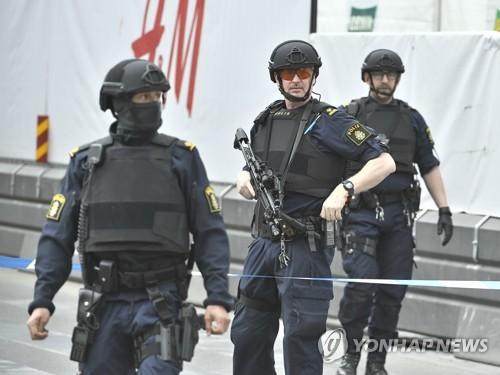 스톡홀름 차량테러 현장의 경찰들