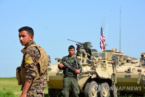 시리아 북동부 국경지역의 쿠르드 민병대와 미군 차량