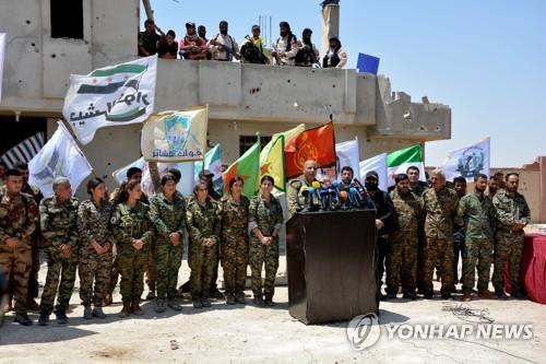 작년 6월 IS '수도' 락까 탈환전 시작을 알리는 시리아민주군