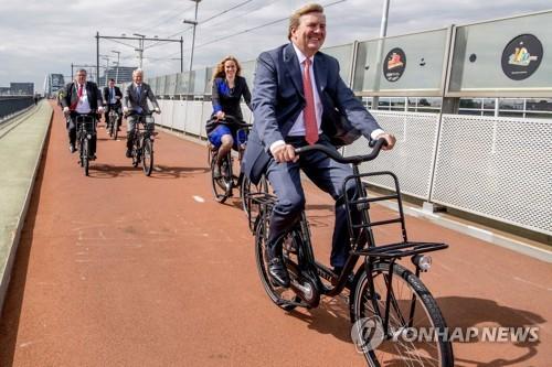 자전거 타는 네덜란드 국왕 [EPA=연합뉴스 자료사진]