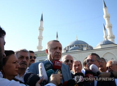언론 질문에 답하는 레제프 타이이프 에르도안 터키 대통령