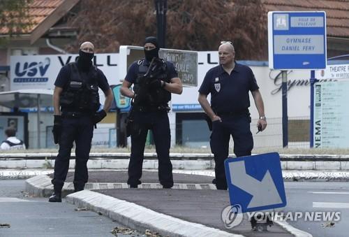 프랑스서 아랍계 청소년 무리에 엽총 난사한 남성  두 명 체포