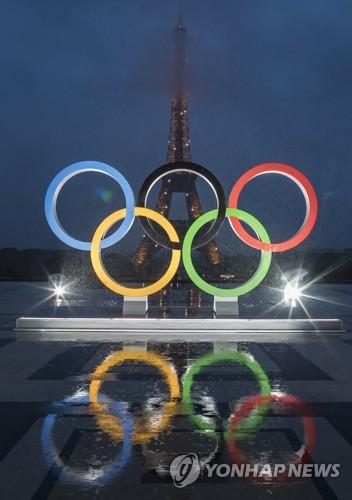 파리 에펠탑에 등장한 2024 올림픽 오륜조형물 [EPA=연합뉴스]