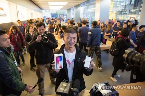 '아이폰 X' 구매하고 좋아하는 중국 소비자
