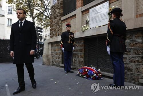 파리 테러 현장에서 헌화한 마크롱 프랑스 대통령