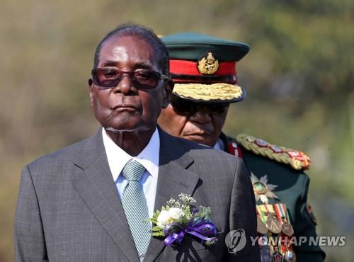 무가베(왼쪽) 전 짐바브웨 대통령