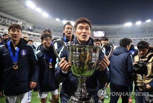 동아시아축구연맹 E-1 챔피언십 한일전 승리 후 우승컵을 들은 장현수