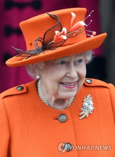 영국 왕실 크리스마스 행사 참석한 엘리자베스 2세