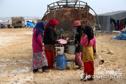 시리아-터키 국경 근교 임시 캠프의  난민들 [EPA=연합뉴스 자료사진]