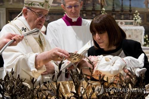 아기에게 세례 하는 프란치스코 교황