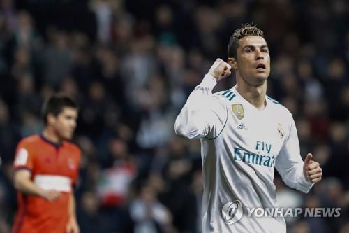 레알 마드리드의 크리스티아누 호날두가 소시에다전 승리를 자축하고 있다.
