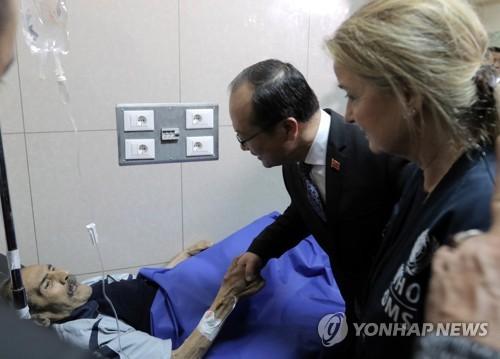 시리아 환자 병문안하는 치첸진 중국 대사 [EPA=연합뉴스]