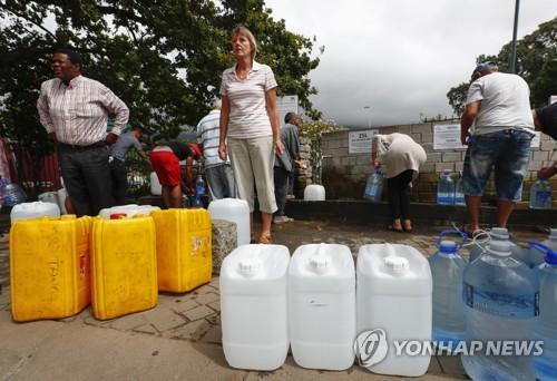 물 확보하는 케이프타운 주민들