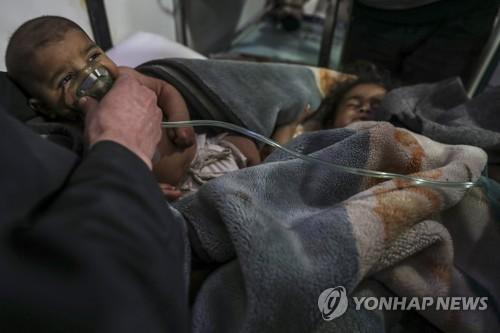 독성 가스 공격 후 치료받는 시리아 어린이 [EPA=연합뉴스 자료사진]