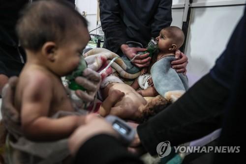 독성 가스 공격 후 치료받는 시리아 어린이들 [EPA=연합뉴스]