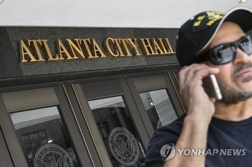애틀랜타 시청 앞에서 통화하는 한 시민[EPA=연합뉴스]