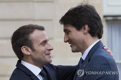 반갑게 인사하는 마크롱 프랑스 대통령(왼쪽)과 트뤼도 캐나다 총리