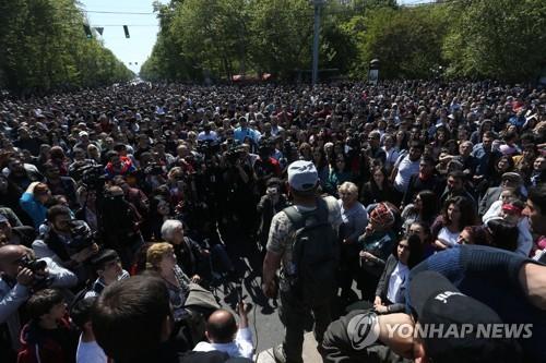"""""""사르키샨 총리 선출 반대"""" 아르메니아 수도에 모인 시위대"""