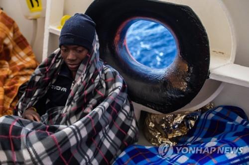 난민구조 NGO 'SOS 메디테라네'가 구조한 리비아 난민들 [EPA=연합뉴스 자료사진]