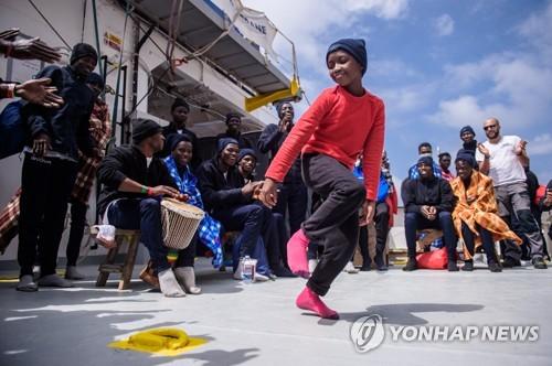 난민구조 NGO 'SOS 메디테라네'가 구조한 어린이 난민[EPA=연합뉴스 자료사진]