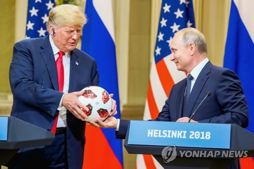 """푸틴, 트럼프에 축구공 건네며 """"美, 2026년 월드컵 성공 기원"""""""