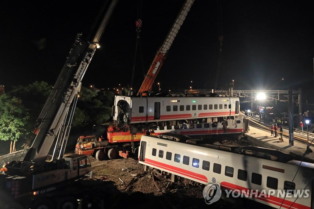 대만 열차 탈선사고 구조 현장