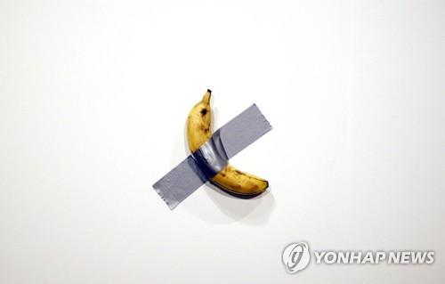 """1억짜리 바나나 예술작품 꿀꺽…행위예술가 """"배고파 먹었다"""""""