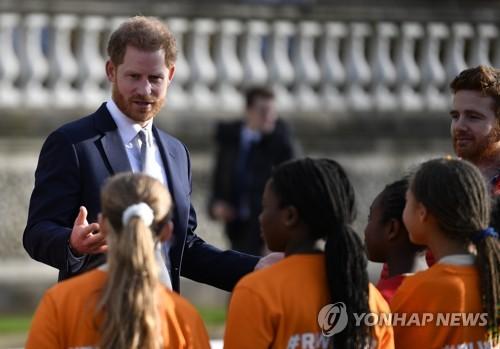 英 해리 왕자, '독립선언' 후 첫 공무…럭비 월드컵 대표단 만나