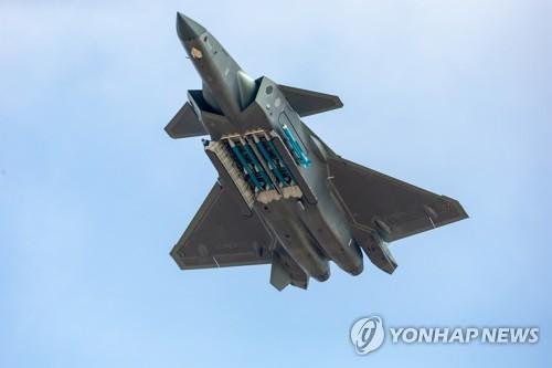 中 첨단 스텔스 전투기 '젠-20' 미사일 드러낸 채 비행