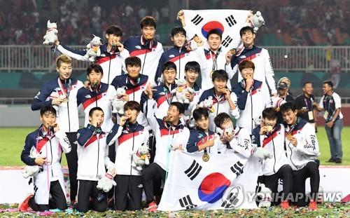 资料图片:当地时间9月1日,在印尼,韩国队在雅加达亚运会男足决赛中2比1战胜日本队摘金。(韩联社)