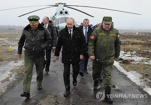 군사훈련 현장 방문한 러시아 푸틴 대통령 [이타르타스=연합뉴스 자료사진]