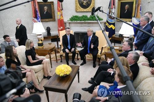 백악관에서 브런슨 목사 환영행사를 하는 트럼프 대통령