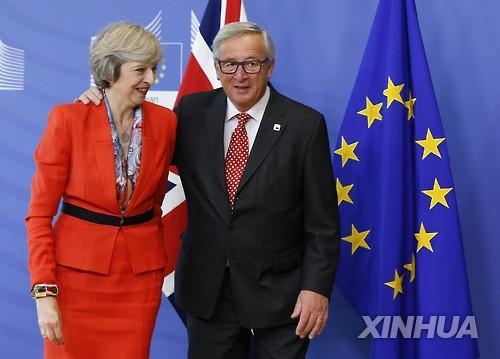테리사 메이 영국 총리(좌)와 장클로드 융커 EU 집행위원장
