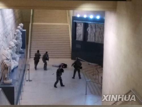 관광객이 촬영한 루브르 테러범 제압 현장