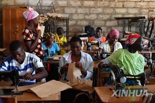 케냐의 난민캠프에서 직업교육을 받는 여성들
