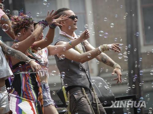벤쿠버에서 열린 성소수자 축제 '프라이드 퍼레이드'