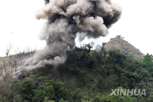 중국과 베트남 국경지대에서 진행된 지뢰 제거 작업 [신화=연합뉴스 자료 사진]