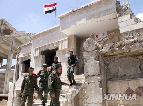시리아 중서부 홈스주(州) 라스탄에서 펄럭이는 시리아 국기