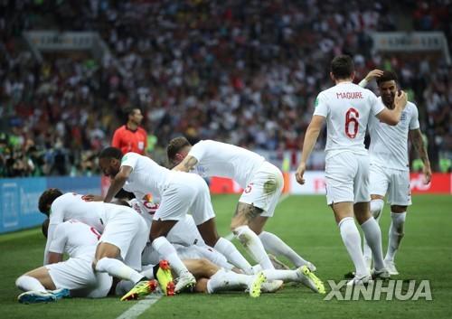잉글랜드 선수들, 트리피어 선제골에 환호