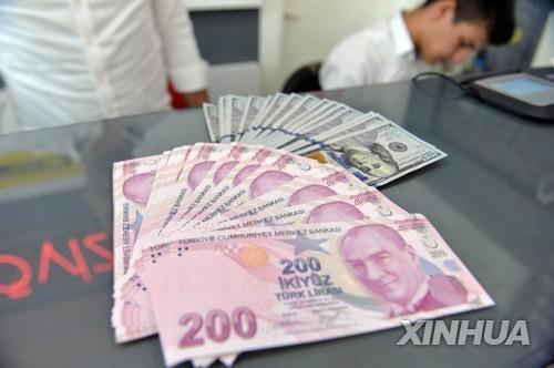 앙카라 한 환전소에 놓인 200리라 지폐와 100달러 지폐