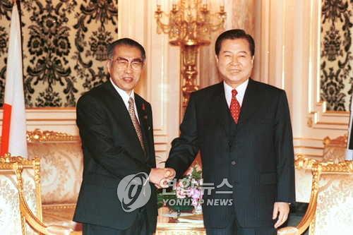 1998年10月8日に行われた韓日首脳会談で握手を交わす金大中大統領(右)と小渕恵三首相(いずれも当時)=(聯合ニュース)