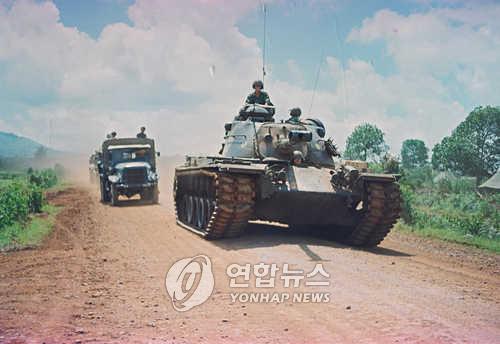 월남전에 참전한 한국군이 탱크와 트럭을 이용해 이동을 하고 있다. (연합뉴스 자료사진)
