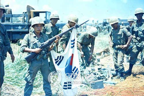 월남전 파병 한국군이 베트남에서 작전을 펼치고 있는 모습. (연합뉴스 자료사진)