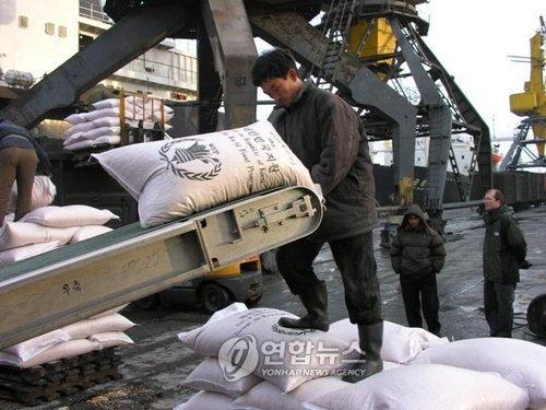 지난 2008년 WFP를 통해 북한에 지원된 식량 하역작업 모습